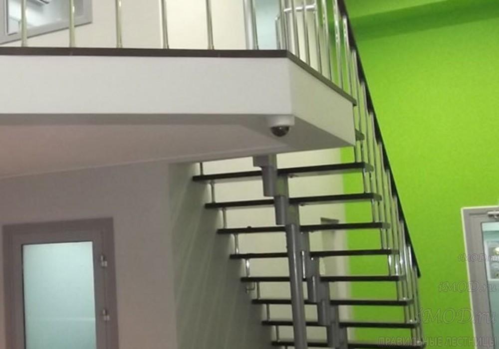 """Фото 5: прямая лестница на второй этаж """"Престиж"""" одномаршевая в загородный дом, коттедж, таунхаус, для дачи-фото5."""