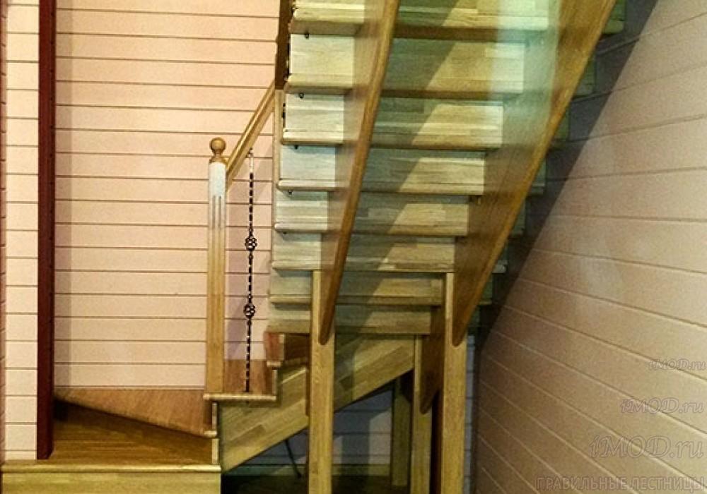 Фото 1: красивые лестницы на второй этаж с поворотом 90 градусов с коваными балясинами. Деревянная лестница в частный дом, коттедж - фото 1.