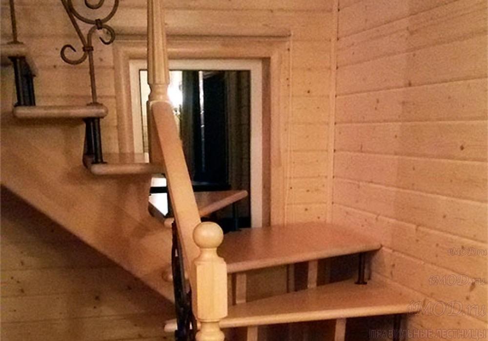 """Фото 4: лестница на второй этаж с поворотом 90 градусов с коваными балясинами. Деревянные лестницы в частный дом, коттедж  """"Дуэт"""" - фото 4."""