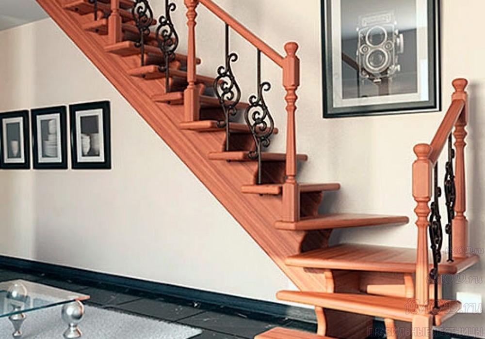 Фото 3: лестница на второй этаж с поворотом 90 градусов с коваными балясинами и буковыми стобами. Деревянная лестница в частный дом, коттедж Дуэт - фото 3.