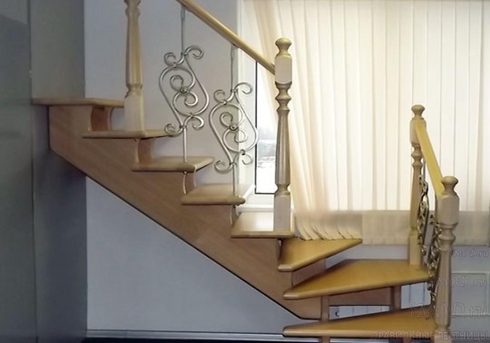 Фото 6: лестница на второй этаж с поворотом 90 градусов с коваными балясинами Вензель и буковыми столбами Ромашка. Деревянная лестница в частный дом, коттедж Дуэт - фото 6.