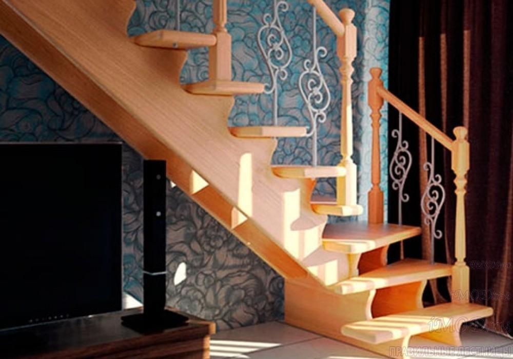 Фото 5: буковая деревянная лестница на второй этаж с поворотом 90 градусов с коваными балясинами Вензель и буковыми столбами Ромашка. Деревянная лестница в частный дом, коттедж Дуэт - фото 5.
