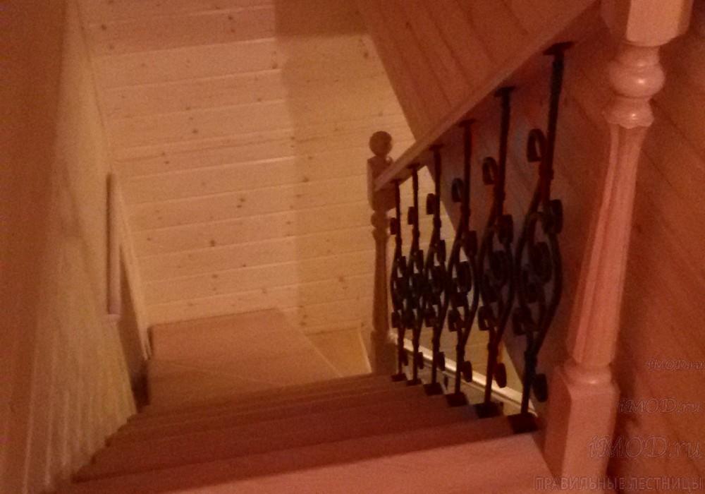 """Фото: деревянная прямая лестница на второй этаж """"Дуэт""""  с коваными балясинами"""