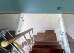 """Крутая компактная лестница на мансарду дома из передачи НТВ Дачный ответ """"Мансарда с синим потолком"""""""
